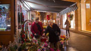Budapest, 2016. december 18. Egy virágárus karácsonyi kínálata között válogat két turista a fõvárosi Andrássy úton advent utolsó vasárnapján, aranyvasárnap 2016. december 18-án. MTI Fotó: Kallos Bea