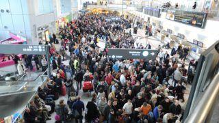 Budapest, 2012. december 7. Utasok várakoznak a 2-es terminálon, miután mûszaki hiba miatt bezárták a Budapest Liszt Ferenc Nemzetközi Repülõteret 2012. december 7-én. A repülõtér irányítótornyában jelentkezett hiba miatt a reptér éjfélig zárva tart, járatokat nem fogad és indít. MTI Fotó: Mihádák Zoltán