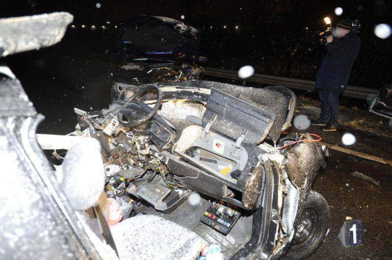 Budapest, 2018. február 13. Összetört gépjármûvek a fõváros XXII. kerületében, a Nagytétényi úton, ahol két személyautó összeütközött 2018. február 13-án. Az egyik gépjármûbe egy fiatal férfi beszorult, a tûzoltók szabadították ki, de már nem sikerült rajta segíteni, a helyszínen meghalt. MTI Fotó: Mihádák Zoltán