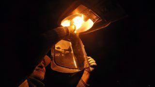 Esztergom, 2011. november 24. A Tivi Kft. munkatársa emelõkosaras darus kocsiról kicsavarja az egyik lámpatestbõl az izzót Esztergomban, a Dobozi Mihály utcában. A városon átvezetõ 10-es és 11-es fõút belterületi szakaszán kapcsolta ki a közvilágítást a szolgáltató az önkormányzat tartozása miatt, a gyalogátkelõhelyeken viszont világítanak a lámpák. MTI Fotó: Kovács Attila