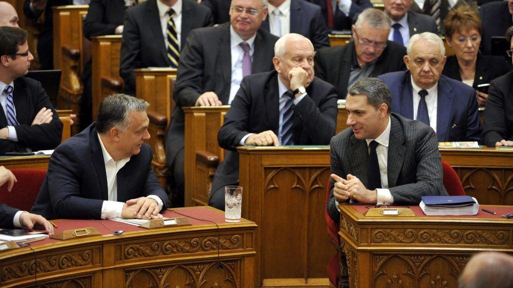 Budapest, 2017. november 14. Orbán Viktor miniszterelnök (b) és Lázár János, a Miniszterelnökséget vezetõ miniszter beszélget az Országgyûlés plenáris ülésén 2017. november 14-én.. MTI Fotó: Kovács Attila