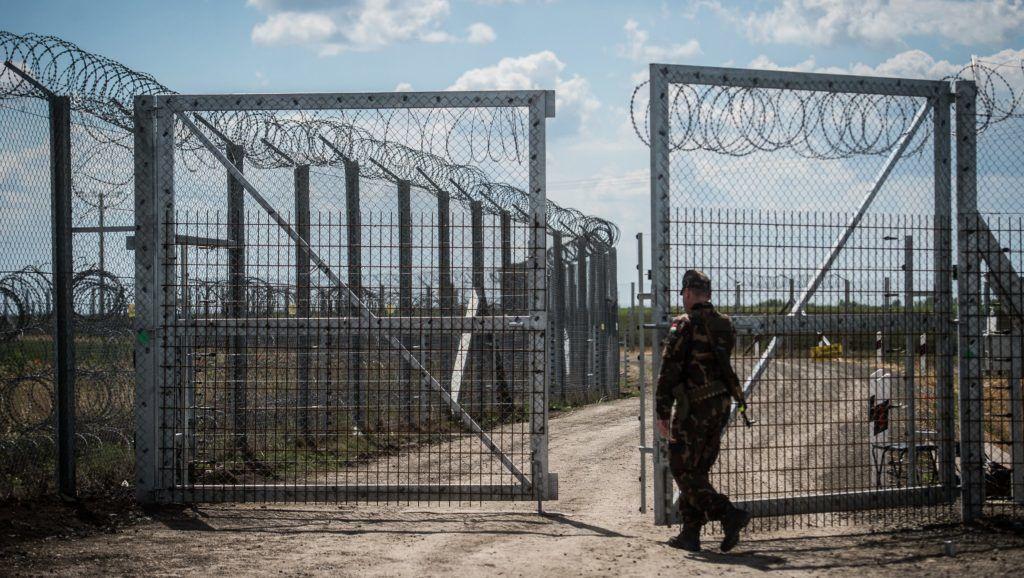 Kübekháza, 2017. május 27. Egy katona a kaput zárja be a járõrautó behajtása után a magyar-szerb határon álló biztonsági határzáron, Kübekházánál 2017. május 27-én. MTI Fotó: Ujvári Sándor