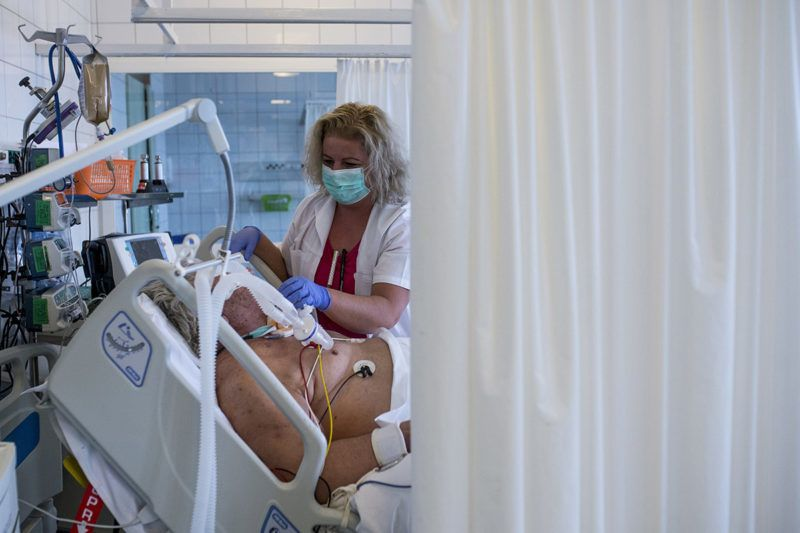 Kecskemét, 2017. november 23.Egy beteget ápolnak a Bács-Kiskun Megyei Kórház újonnan kialakított intenzív betegápolási részlegén Kecskeméten 2017. november 23-án. A fejlesztés a fekvőbeteg szakellátó intézmények támogatására kiírt pályázat segítségével valósult meg. MTI Fotó: Ujvári Sándor