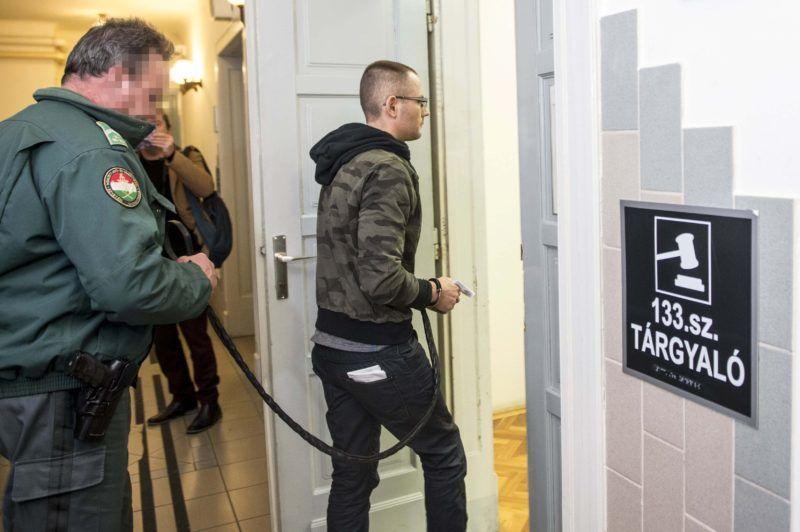 Kecskemét, 2018. február 1. Zuschlag János egykori szocialista országgyûlési képviselõt tárgyalóterembe vezetik a Kecskeméti Járásbíróságon, ahol döntenek elõzetes letartóztatásáról 2018. február 1-jén. Illegálisan megszerzett adatok felhasználásával akartak pártok nevében több száz millió forintnyi kampánytámogatáshoz jutni egy bûnszövetség tagjai, a Nemzeti Adó- és Vámhivatal három embert õrizetbe vett, az ügyészség két férfi elõzetes letartóztatását indítványozta. MTI Fotó: Ujvári Sándor