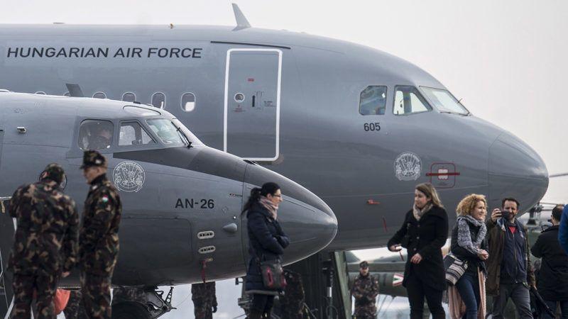 Kecskemét, 2018. február 2.A Magyar Honvédség Csehországból érkezett és a sajtóbemutatóra kiállított két darab, többcélú, használt Airbus A319-es csapatszállító katonai repülőgépeinek egyike (hátul) Kecskeméten az MH 59. Szentgyörgyi Dezső Repülőbázison 2018. február 2-án. A gépek a honvédség hadrendjében teljesítenek majd szolgálatot. Az első katonai Airbus A319-es január 31-én érkezett meg a kecskeméti repülőtérre. Elöl a lecserélésre kerülő, 40-45 éves An-26-os repülőgépek egyike.MTI Fotó: Ujvári Sándor
