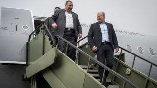 Kecskemét, 2018. február 2.Simicskó István honvédelmi miniszter (j) és Németh Szilárd, az Országgyűlés honvédelmi és rendészeti bizottsága elnöke (j2) megtekinti a Magyar Honvédség Csehországból érkezett és a sajtóbemutatóra kiállított két darab, többcélú, használt Airbus A319-es csapatszállító katonai repülőgépeinek egyikét Kecskeméten az MH 59. Szentgyörgyi Dezső Repülőbázison 2018. február 2-án. A gépek a honvédség hadrendjében teljesítenek majd szolgálatot. Az első katonai Airbus A319-es január 31-én érkezett meg a kecskeméti repülőtérre.MTI Fotó: Ujvári Sándor