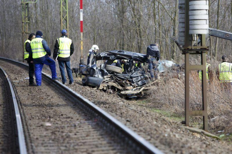 Nagysimonyi, 2018. február 19. Összeroncsolódott személyautó a Vas megyei Nagysimonyi belterületén, ahol a gépjármû személyvonattal ütközött össze 2018. február 19-én. A balesetben egy ember meghalt. MTI Fotó: Varga György