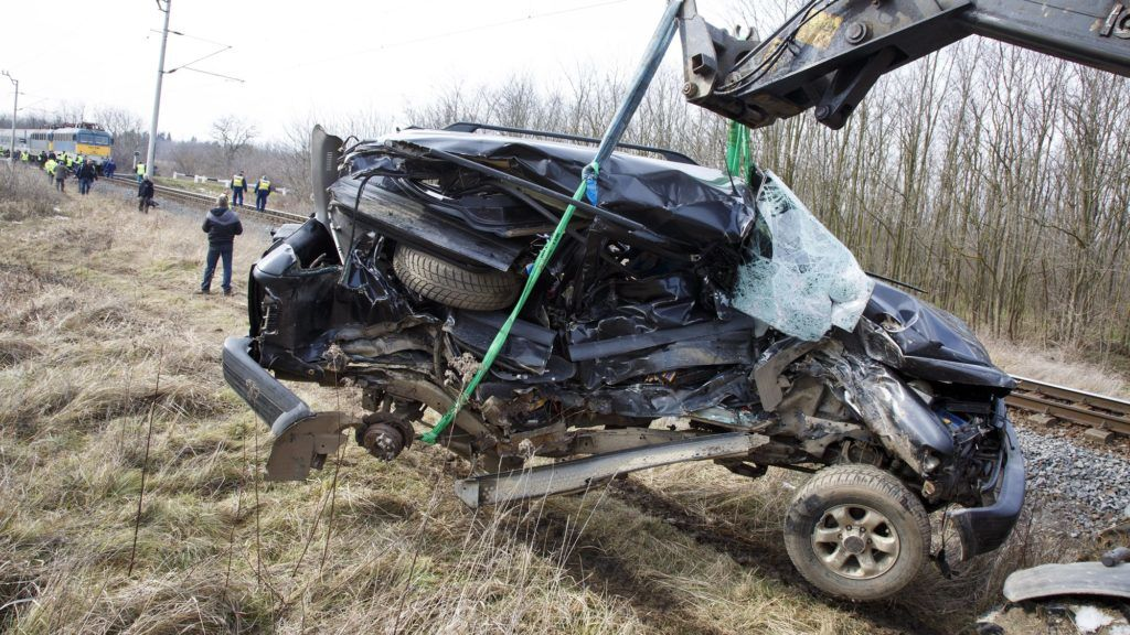 Nagysimonyi, 2018. február 19. Összeroncsolódott személyautót emelnek le a vasúti sínekrõl a Vas megyei Nagysimonyi belterületén, ahol a gépjármû személyvonattal ütközött össze 2018. február 19-én. A balesetben egy ember meghalt. MTI Fotó: Varga György