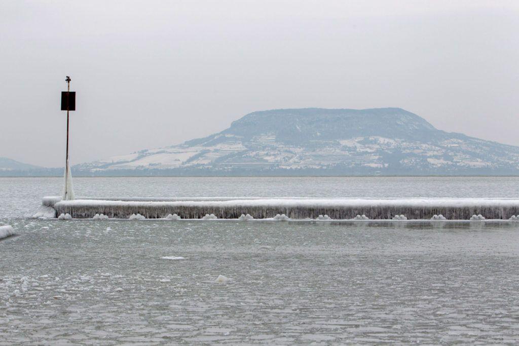 Fonyód, 2018. február 26.Jégpáncél egy mólón a fonyódi Balaton-parton 2018. február 26-án.MTI Fotó: Varga György