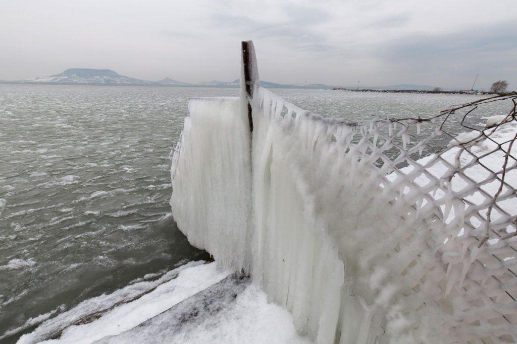 Fonyód, 2018. február 26.Jég borít be egy kerítést a fonyódi Balaton-parton 2018. február 26-án.MTI Fotó: Varga György