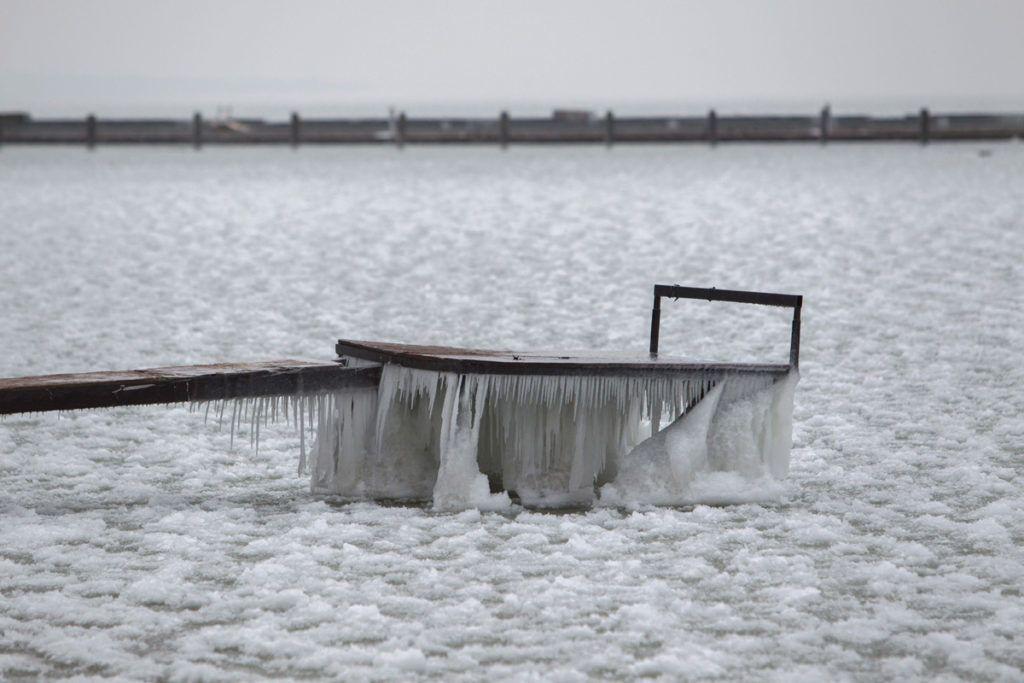 Fonyód, 2018. február 26.Jéggel borított stég a fonyódi Balaton-parton 2018. február 26-án.MTI Fotó: Varga György