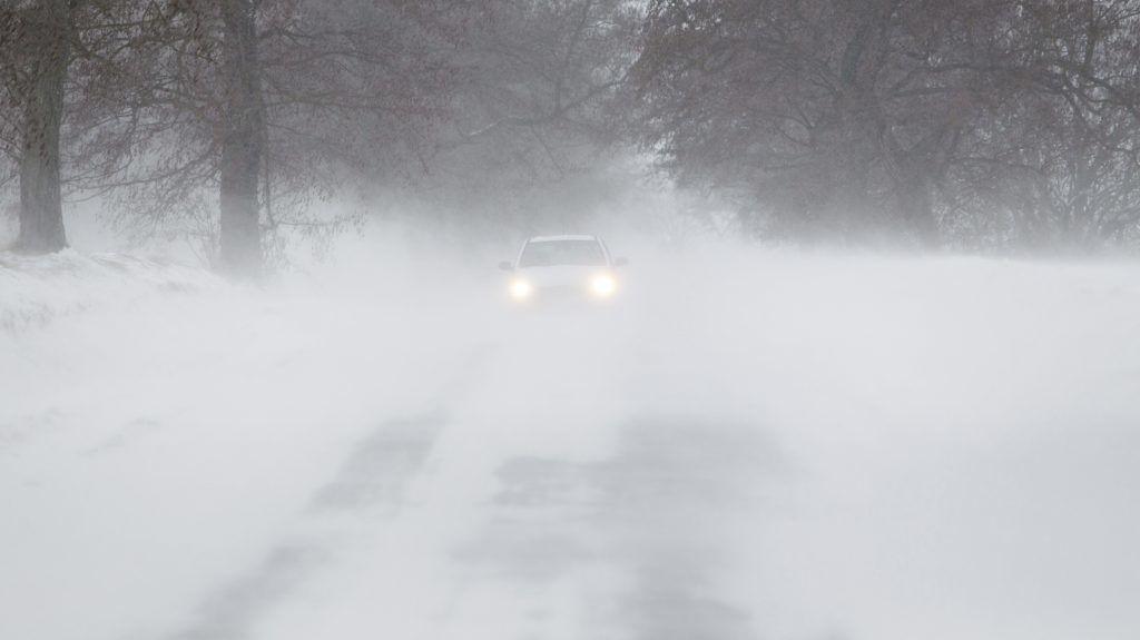 Pölöskefõ, 2018. február 27. Személyautó halad a hófúvásban a Zala megyei Pölöskefõ és Zalaszentbalázs között 2018. február 27-én. MTI Fotó: Varga György