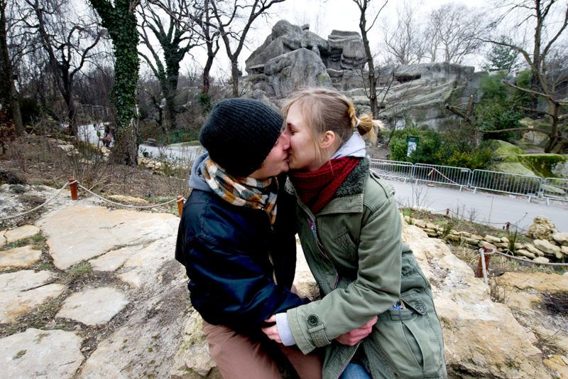 Budapest, 2011. február 13. Fiatalok csókolóznak a Fővárosi Állat- és Növénykertben, ahol a szerelmespárok ketten egy jeggyel, tehát féláron látogathatják a hét végén és Bálint-napján az állatkertet. Igazolásként elég, ha a szerelmesek megcsókolják egymást belépéskor. MTI Fotó: Illyés Tibor
