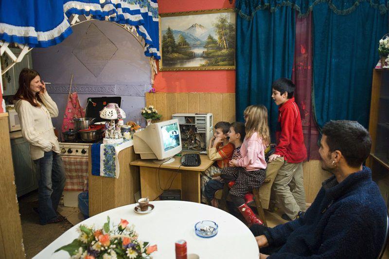 Paszab, 2009. december 14.A szülők - Bódi Mihály és felesége, Bódi Mihályné - nézik a számítógép előtt ülő gyermekeiket paszabi otthonukban. A digitális szakadék eltüntetését célul tűző wififalu program keretében Paszabon tizennégy többgyermekes, rendszeres gyermekvédelmi támogatásban részesülő család házában érhető el a világháló.MTI Fotó: Balázs Attila