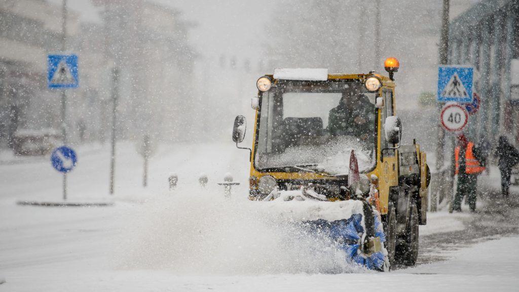 Salgótarján, 2018. január 21. Hókotró halad a hóesésben Salgótarján fõterén 2018. január 21-én. MTI Fotó: Komka Péter