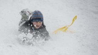 Salgótarján, 2018. január 21. Fiú hócsúszkázás közben a hóesésben Salgótarján közelében 2018. január 21-én. MTI Fotó: Komka Péter