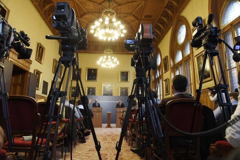 Budapest, 2018. február 1. Lázár János, a Miniszterelnökséget vezetõ miniszter szokásos heti sajtótájékoztatóját tartja az Országházban 2018. február 1-jén. Mellette Kovács Zoltán kormányszóvivõ (b). MTI Fotó: Koszticsák Szilárd