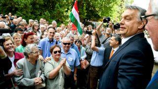 Hódmezővásárhely, 2017. május 26.Orbán Viktor miniszterelnök (j2) helyi lakosokkal beszélget a hódmezővásárhelyi polgármesteri hivatal előtt 2017. május 26-án, miután a Modern városok program keretében aláírta a kormány és Hódmezővásárhely városa közötti együttműködési megállapodást. A kormányfő mellett jobbról Almási István polgármester (Fidesz-KDNP), lent balról Lázár János, a Miniszterelnökséget vezető miniszter, a térség országgyűlési képviselője (j3). MTI Fotó: Koszticsák Szilárd