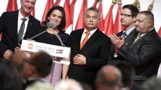 Budapest, 2017. november 12.Orbán Viktor miniszterelnök, a Fidesz újraválasztott elnöke (k), valamint Kubatov Gábor, Novák Katalin, Gulyás Gergely és Németh Szilárd (b-j) megválasztott alelnökök a párt XXVII., tisztújító kongresszusán a budapesti Hungexpón 2017. november 12-én.MTI Fotó: Koszticsák Szilárd