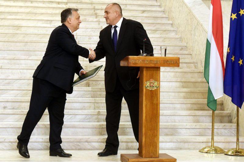 Szófia, 2018. február 19. Orbán Viktor kormányfõ (b) átadja a magyar kormány javaslatát Bojko Boriszovnak, az Európai Unió soros elnökségét ellátó Bulgária miniszterelnökének a kormányzati rezidencián Szófiában 2018. február 19-én. A javaslat lényege, hogy az EU végre ne az elosztást, hanem a határvédelmet helyezze a gondolkodása középpontjába. Nincs értelme addig szétosztásról beszélni, amíg nem garantáljuk a határok légmentes védelmét - jelentette ki Orbán Viktor. MTI Fotó: Koszticsák Szilárd