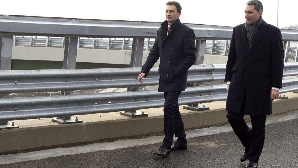 Hódmezővásárhely, 2018. február 9.Lázár János, a Miniszterelnökséget vezető miniszter (j) és Hegedűs Zoltán alpolgármester (Fidesz-KDNP) érkezik a 47-es főút hódmezővásárhelyi elkerülő útjának végcsomópontján épült kopáncsi körhíd próbaterhelése alkalmából tartott sajtótájékoztatóra 2018. február 9-én.MTI Fotó: Kelemen Zoltán Gergely