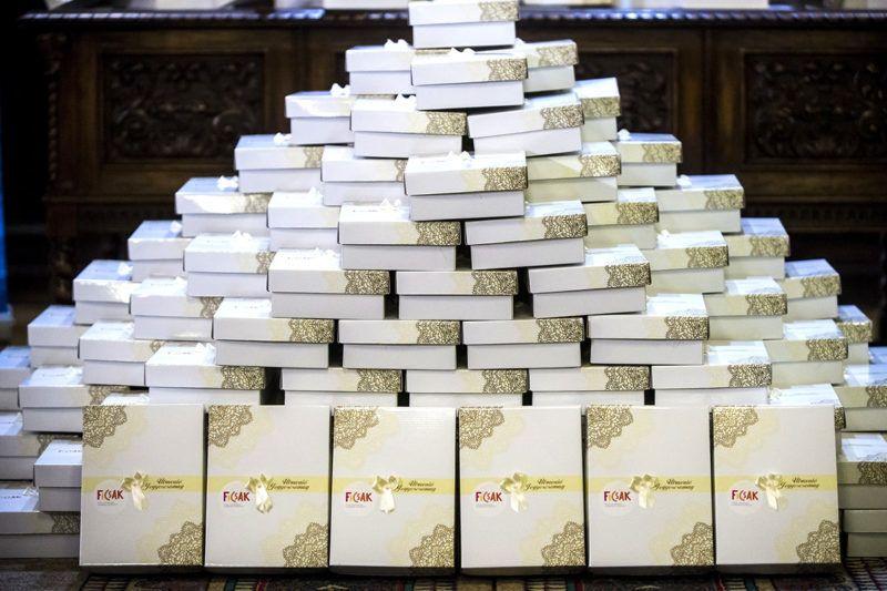 Budapest, 2017. február 15.Útravaló Jegyecsomagok, amelyekkel a Fiatal Családosok Klubjának (FICSAK) rendezvényén házasulandókat köszöntöttek a fővárosi VIII. kerületi házasságkötő teremben 2017. február 15-én. A házasság hete rendezvénysorozathoz kapcsolódó eseményen az Útravaló Jegyescsomagról elmondták, hogy az köszöntőket, házassági munkafüzetet, gyűrűtartó párnát és tájékoztatót tartalmaz a kormánytól igényelhető egy éven keresztül, havi 5 ezer forintos adókedvezményről.MTI Fotó: Marjai János
