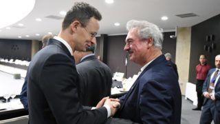 Szófia, 2018. február 15. A Külgazdasági és Külügyminisztérium (KKM) által közreadott képen Szijjártó Péter külgazdasági és külügyminiszter (b) kezet fog Jean Asselborn luxemburgi külügyminiszterrel az EU külügyminiszterek informális találkozóján Szófiában 2018. február 15-én. MTI Fotó: KKM