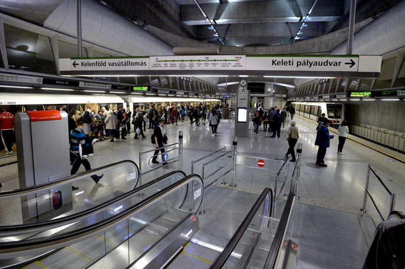 Budapest, 2015. április 13.Utasok a 4-es metró Kálvin téri állomásán 2015. április 13-án. Ezen a napon az utasforgalomban is elkezdték tesztelni a 4-es metró automata vonatirányító rendszerét. A kéthetes teszt során a szakemberek azt vizsgálják, hogy fennakadások esetén járműkísérői beavatkozás nélkül a központi, illetve az állomási diszpécserek mennyi idő alatt tudják az adott hibát megtalálni és elhárítani.MTI Fotó: Máthé Zoltán