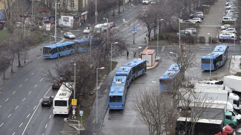 Budapest, 2018. február 7. A 3-as metró felújítása miatt közlekedõ pótlóbuszok ideiglenes végállomása az Árpád úton 2018 február 7-én. MTI Fotó: Máthé Zoltán