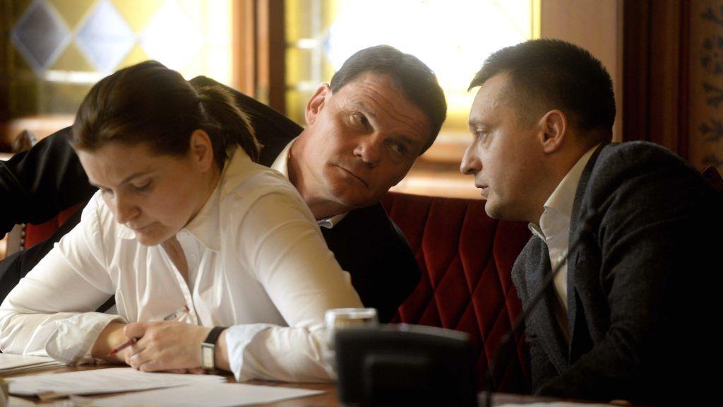 Budapest, 2015. március 9. Rogán Antal, az Országgyûlés gazdasági bizottságának elnöke, a Fidesz frakcióvezetõje (j) és Bánki Erik, a testület fideszes alelnöke az Országgyûlés gazdasági bizottságának ülésén az Országházban 2015. március 9-én. Parlamenti vizsgálóbizottságot javasol a Fidesz a Buda-Cash-ügy tisztázására, és hamarosan benyújtja a parlament elé az erre vonatkozó kezdeményezését, jelentette be Rogán Antal az ülés után. MTI Fotó: Bruzák Noémi
