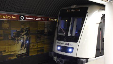 Budapest, 2017. május 14. Érkezõ szerelvény a 2-es metró Kossuth Lajos téri állomásán 2017. május 14-én. A téren véget értek a metróállomás forgalmának korlátozásával járó bontási munkák, így ettõl a naptól a korábbi forgalmi rend lépett életbe. MTI Fotó: Bruzák Noémi