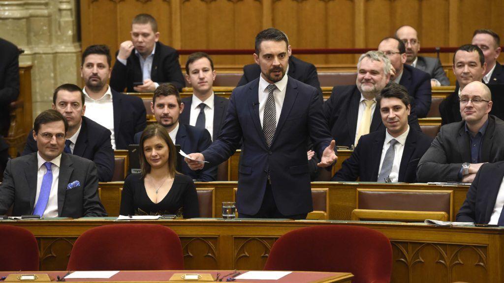 Budapest, 2018. január 30. Vona Gábor, a Jobbik elnöke felszólal napirend elõtt az Országgyûlés rendkívüli ülésén 2018. január 30-án. Mellette frakciótársai, Dúró Dóra (b2) és Gyöngyösi Márton (b). Az ellenzéki kezdeményezésre összehívott ülés a kormánypártok távolmaradása miatt határozatképtelen volt. MTI Fotó: Bruzák Noémi