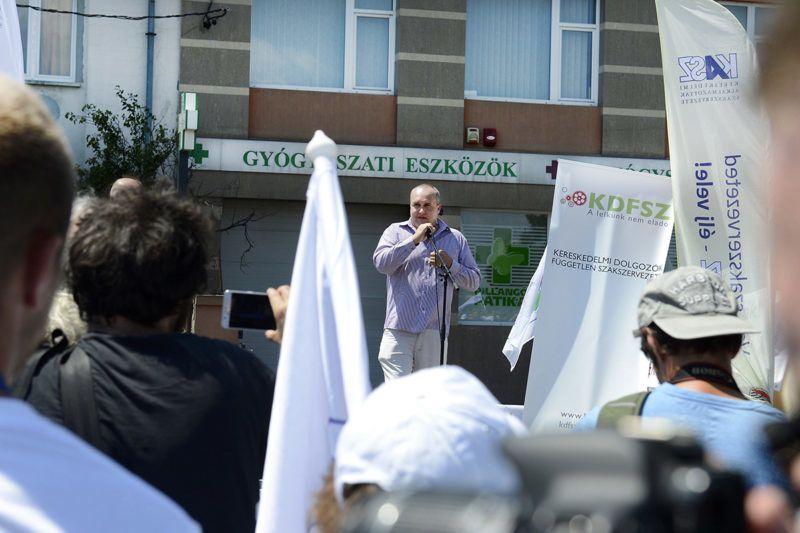 Budapest, 2017. július 8.Karsai Zoltán, a KASZ Tesco alapszervezetének elnöke beszédet mond a Kereskedelmi Alkalmazottak Szakszervezete (KASZ) és a Kereskedelmi Dolgozók Független Szakszervezete (KDFSZ) közös demonstrációján a Fogarasi úti Tesco áruház parkolójában 2017. július 8-án. A szakszervezetek minden szakmunkás garantált bérminimumon foglalkoztatott munkavállalónak 15 ezer forintos béremelést követelnek a Tescónál.MTI Fotó: Soós Lajos