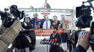 Budapest, 2018. január 30.Hidvéghi Balázs, a Fidesz kommunikációs igazgatója sajtótájékoztatót tart Az ellenzék lebontaná a határzárat címmel, amelyen bemutatta pártja új plakátját Budapesten, az Alkotmány utcában 2018. január 30-án.MTI Fotó: Soós Lajos