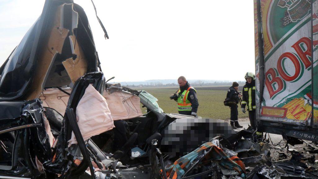 Halmaj, 2018. február 22. Ütközésben összetört kamion és személyautó a 3-as számú fõúton Halmaj közelében 2018. február 22-én. A balesetben az autó két utasa a helyszínen életét vesztette. MTI Fotó: Vajda János