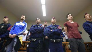 Budapest, 2017. április 13. Gulyás Márton (b2) és társa, Varga Gergõ (j2) hallgatja az ítéletet perük tárgyalásán a Budai Központi Kerületi Bíróság tárgyalótermében 2017. április 13-án. A bíróság gyorsított eljárásban közérdekû munka büntetéssel sújtotta a két férfit, akik április 10-én a Sándor-palota elõtti tüntetésen az épületre festékes flakonokat dobtak. MTI Fotó: Balogh Zoltán