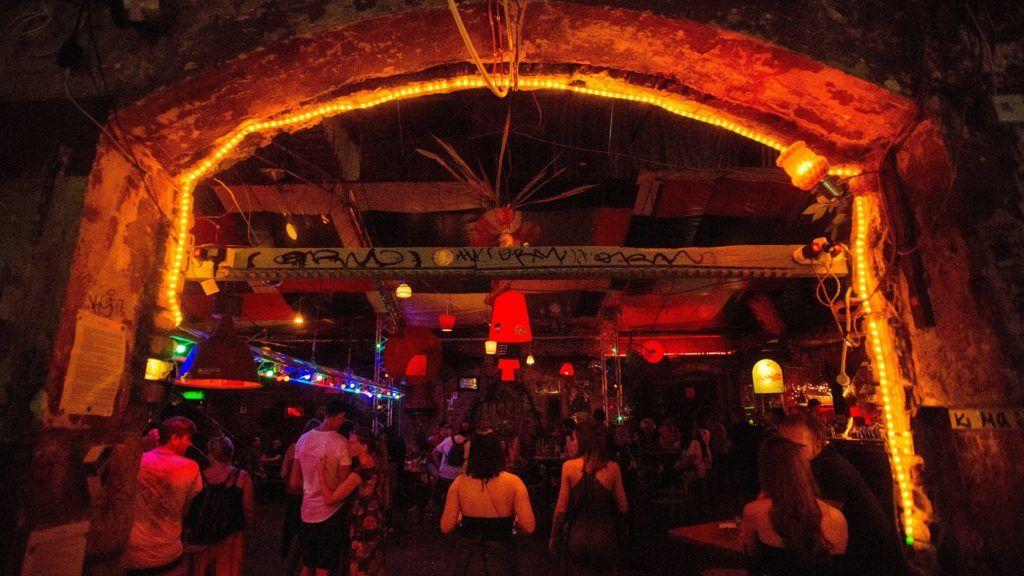 Budapest, 2017. augusztus 30. Vendégek a Szimpla romkocsmában Budapest bulinegyedként ismert részén a Kazinczy utcában 2017. augusztus 29-én. A környéken lakók a hajnal négy óráig nyitva tartó vendéglátóhelyeken hangoskodók miatt panaszkodnak és várnak megoldást az önkormányzattól. A vendéglátósok a megélhetésüket féltik, ha esténként hamarabb kellene bezárniuk a szórakozóhelyeket. Lapértesülés szerint Vattamány Zsolt (Fidesz–KDNP), Erzsébetváros polgármestere hamarosan a VII. kerületi képviselõ-testület rendkívüli ülése elé terjeszt egy átfogó rendeletmódosítási és intézkedési tervezetet. MTI Fotó: Balogh Zoltán