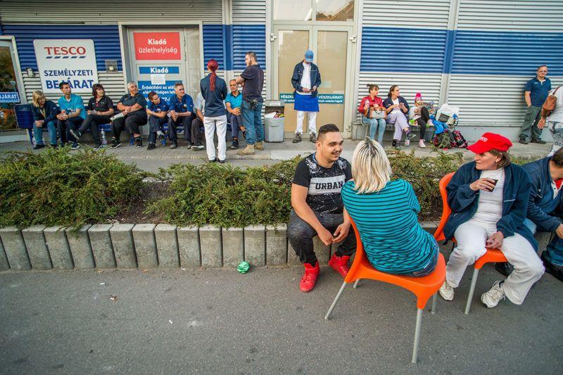 Budapest, 2017. szeptember 8.Sztrájkol a Fogarasi úti Tesco áruház dolgozóinak egy része a Zuglói hipermarket személyzeti bejáratnál 2017. szeptember 8-án.MTI Fotó: Balogh Zoltán