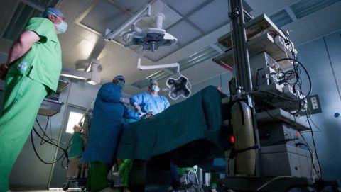 Debrecen, 2013. május 6. Laparoszkópos eljárással lágyéksérvmûtétet végeznek egy betegen a debreceni Kenézy Kórház mûtõjében 2013. május 6-án.  A laparoszkópia olyan mûtéti beavatkozás, amelynek alkalmával a hasüregbe vezetett 5-12 mm átmérõjû munkacsatornákon keresztül bejuttatott mûszerek segítségével, az optika által monitorra kiközvetített kép alapján végzik el a mûtétet. A megyei kórházban húsz évvel ezelõtt, 1993. április 16-án végezték el az elsõ ilyen beavatkozást. MTI Fotó: Czeglédi Zsolt