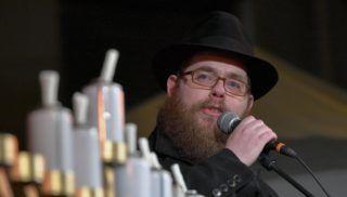 Debrecen, 2017. december 17. Köves Slomó, az Egységes Magyarországi Izraelita Hitközség (EMIH) vezetõ rabbija beszédet mond a nyolcnapos zsidó vallási ünnep, a hanuka hatodik napján tartott ünnepségen, a lámpás meggyújtása elõtt Debrecenben 2017. december 17-én. MTI Fotó: Czeglédi Zsolt