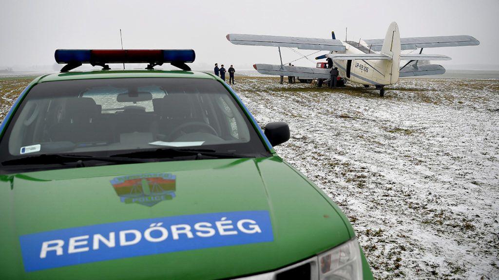 Kállósemjén, 2018. január 17.Rendőrök helyszínelnek egy ukrán lajstromjelű AN-2 típusú repülőgép mellett Kállósemjén határában 2018. január 17-én. A repülőgépen 11 bevándorló jutott be Magyarország területére január 15-én este. A rendőrök jelentős erőkkel, nyomkövető kutyák és hőkamerák segítségével terepkutatást végeztek, majd rövid időn belül elfogtak három afgán és nyolc vietnami állampolgárt, akiket őrizetbe vettek.MTI Fotó: Czeglédi Zsolt
