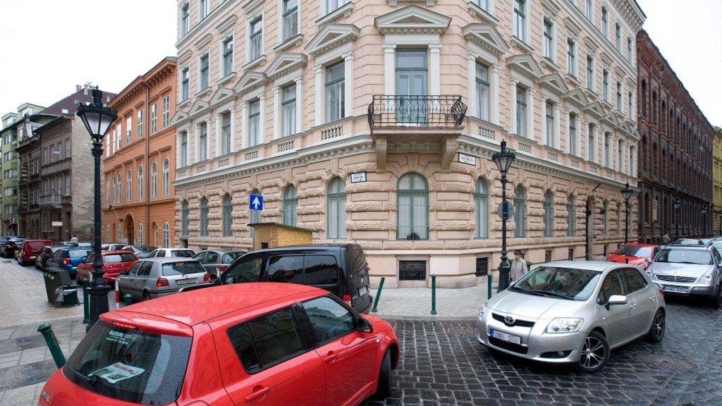 Budapest, 2010. április 6. Álló autók a Veres Pálné utca és a Szerb utca sarkán, ahol a megváltozott forgalomi rend miatt lelassult a közlekedés, miután felavatták a Belváros új fõutcáját. MTI Fotó: Kollányi Péter