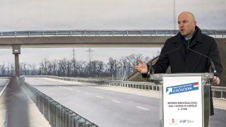 Csorna, 2017. december 15.Homolya Róbert, a Nemzeti Fejlesztési Minisztérium közlekedéspolitikáért felelős államtitkára beszédet mond az M85-ös gyorsforgalmi út csornai elkerülője második szakaszának avatásán 2017. december 15-én. A 4,6 kilométer hosszú, kétszer két sávos út 13,8 milliárd forint költségvetési forrásból valósult meg.MTI Fotó: Krizsán Csaba