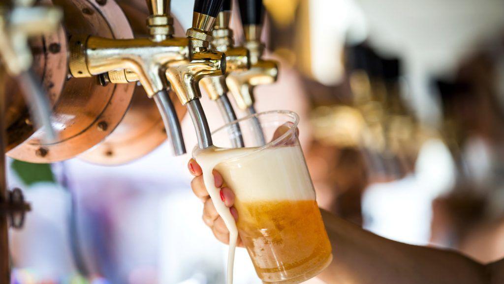 Budapest, 2017. augusztus 19. Csapolt sör a Magyar Ízek Utcája rendezvényen az I. kerületi Lánchíd utcában 2017. augusztus 19-én. MTI Fotó: Mohai Balázs