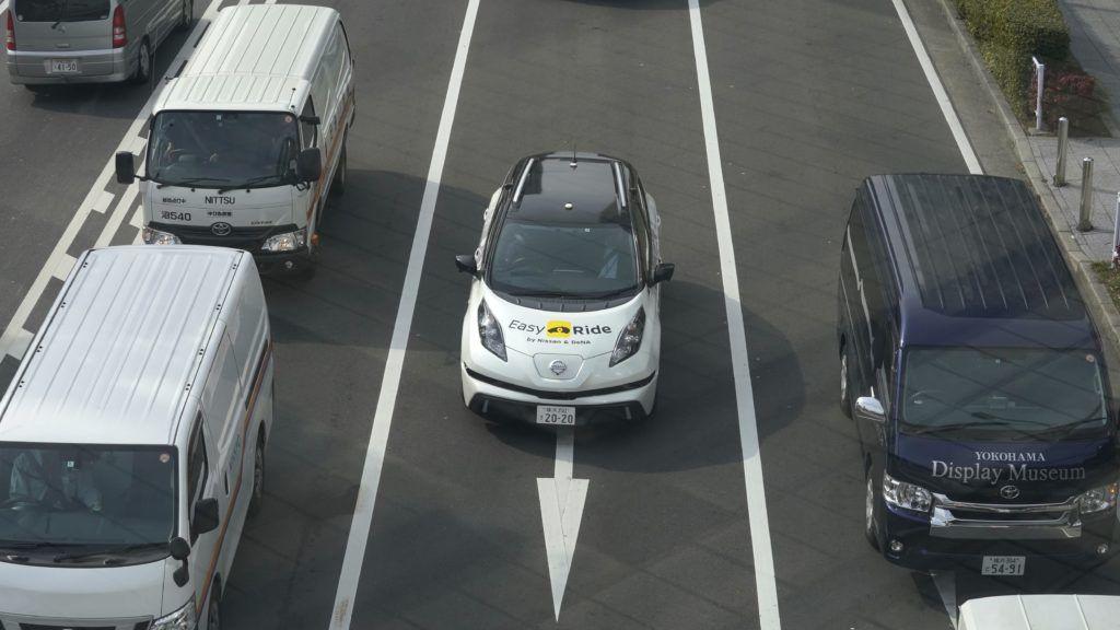 Jokohama, 2018. február 23. A Nissan Motor Easy Ride robottaxi-szolgáltatás tesztautója egy jokohamai utcán 2018. február 21-én. A Nissan Motor és a mobilszolgáltatásokat fejlesztõ és mûködtetõ DeNA japán cég közösen fejlesztette ki a mobiltelefonnal rendelhetõ, irányítható és fizethetõ robottaxi-szolgáltatást, amelynek márciusban kezdik meg a tesztelését a közutakon a Tokió melletti Jokohamában. (MTI/AP/Kambajasi Sizuo)
