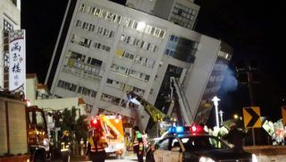 Hualien, 2018. február 6. Megroggyant épület a kelet-tajvani Hualienben 2018. február 6-án, miután legalább 6-os erõsségû földrengés történt a környéken. (MTI/AP/Tien Dzsun-hsziung)