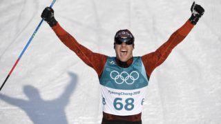 Phjongcshang, 2018. február 16. A svájci Dario Cologna,  miután aranyérmet nyert a 2018-as phjongcshangi téli olimpián, a férfi sífutók 15 kilométeres szabadstílusú versenyében az Alpensia Sílövõ Központban 2018. február 16-án. (MTI/EPA/Filip Singer)