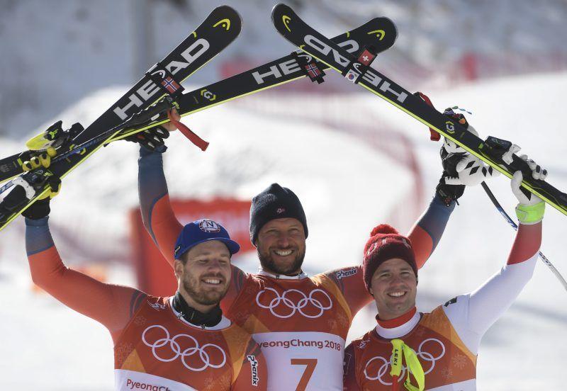 Dzsongszon, 2018. február 15. Az aranyérmes norvég Aksel Lund Svindal (k), ezüstérmes honfitársa, Kjetil Jansrud (b) és a bronzérmes svájci Beat Feuz a phjongcshangi téli olimpia alpesisí-versenyeinek férfi lesiklása után a Dzsongszon Alpesi Központban 2018. február 15-én. (MTI/EPA/Filip Singer)