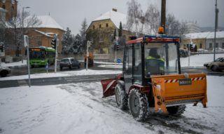 Pécs, 2018. január 15. Járdát tisztít egy hókotró Pécsen 2018. január 14-én. MTI Fotó: Sóki Tamás