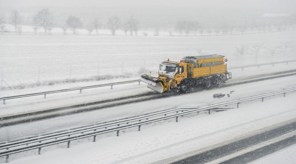 Pécsudvard, 2018. február 3. Hókotró halad az M60-as autópályán Pécsudvard közelében 2018. február 3-án. A havazás veszélye miatt a fél országra elsõ fokú figyelmeztetést adott ki az Országos Meteorológiai Szolgálat. MTI Fotó: Sóki Tamás